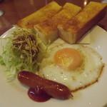 清水喫茶店 - 料理写真:「モーニングBセット」アップ。トーストが皿からはみ出ています。