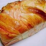 窯焼きパンの店 酪 - イチゴのクリームリッチロール 400円 (^ω^)