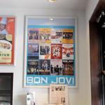 大和名物大餃子の店 サイヨー - 店内 ボン・ジョヴィです。夜明けのランナウェイが懐かしい。