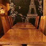 アペリティフ - カジュアルに食事を楽しんでい頂けるテーブル席。仲間とちょっとした食事にはぴったりです♪