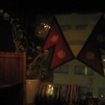 ヒマラヤ - 薄暗い店内、ネパール国旗やエベレストの写真などが雰囲気を高めます