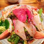漁師居酒屋つねちゃん - オリジナル海鮮サラダ。お刺身の端の美味しいトコがたくさんのってます。