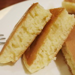 Cafe Sanbankan - コームハニーのパンケーキ(生地の断面、2013年10月)