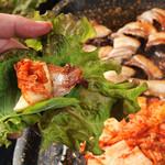 ペナムコル - 豚肉を野菜で巻いて食べるので、楽しいとお子さんにも人気
