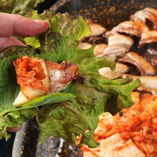 コラーゲンたっぷりの豚の三枚肉にこだわった『サンギョプサル』