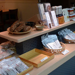 ごはんカフェ - 店内で自社ブランド「両子の庄」の商品を販売しています