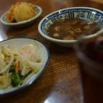 元祖 京城屋 - ブドー酒、お通しナムルにキムチ