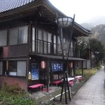 会津屋豆腐店 - スゴイ風情のある外観。雪が舞っています。