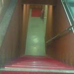 ラバラカ - こちらの階段を下りて地下です