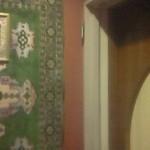ラバラカ - 入口の前にはペルシャ絨毯を連想させる飾りとアラビア語が