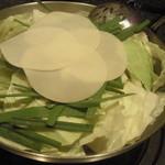焔喜楽 - 料理写真:本場九州博多モツ鍋鶏ガラスープ味