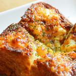 居酒屋 デリィの種 - 京都祇園の伝説のパン『ボロニヤ』にエビと玉子入りマヨネーズを乗せこんがり焼いた珠玉の逸品『エビパン』