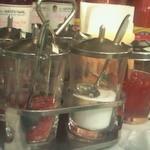 パクチー丸太町 - テーブルの上にはやし砂糖など4種類の調味料が準備されています