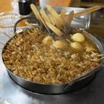 どてやき下條 - 2013.10 カウンターの鉄鍋でグツグツどてやきを煮込みます
