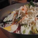 焼肉 牛太 - 名物牛太サラダは480円とは思えないバリエーションとボリュームです。