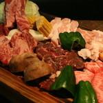 焼肉 牛太 - 牛太名物の盛り合わせはインパクト大な一品。国産牛を食べつくせ!
