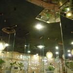 マヅラ喫茶店 - 鏡の柱の前の席に(/ω\)  ちょっと恥ずかしいかもにゃ(笑)