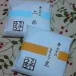 うろこや - ぬれ甘納豆 1包350円 (左)大福、(右)とら豆