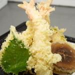 レストラン 風車 - てんぷら定食(味噌汁、漬物付) 1,200円。海老、野菜などを上品に揚げました。外はサクサク、中はアツアツです。