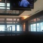 ポータルカフェ スバコ・JR京都伊勢丹店 - 朝の店内。メジャーリーグの放送を流していて、のどかな時間が流れます