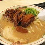 博多だるま ラーメンファクトリー - 平日限定・限定数・秋限定のぷりとろラーメン850円。醤油で甘辛く煮た豚軟骨がトッピングされています。