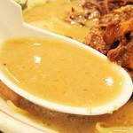 博多だるま ラーメンファクトリー - 背脂は全然ありませんが、一般的な博多豚骨ラーメンの中では、 ラーメン鉢に髄粉が残るほど豚骨度は高く、味も濃い目です。