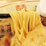 博多だるま ラーメンファクトリー - 麺はバリカタでリクエストしましたが、博多だるまの麺は極細なので、 すぐヤワヤワになります。替玉は150円