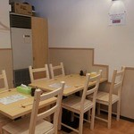 北神餃子 - グループには木のぬくもり感じるテーブル席がおすすめ(2人用と4人用がございます)
