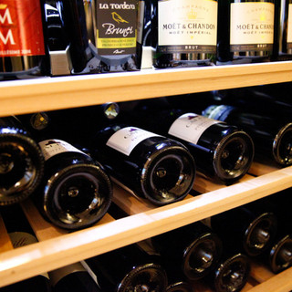 ワインの取り揃えは常時100種類以上!