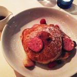 bills 横浜赤レンガ倉庫 - 3枚重ねのリコッタパンケーキの上にはベリー入りのピンクバターが乗ってます。                             シロップも添えられてます。