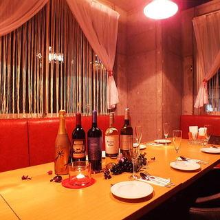 赤いソファーとレースのカーテンがVIPな雰囲気を醸し出す個室