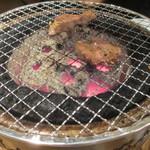 湘南肉豚屋 - 七輪で焼いている様子