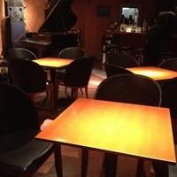 オーラパンアジル - 4人掛けのテーブルが7つあります。奥にはLiveで活躍しているグランドピアノがあります。