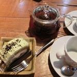 カフェ+ブーランジェリー ドッポ - ケーキセット450円 (紅茶は二人分)
