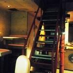 22489795 - これが「赤い階段」だな。奥のテーブル席には若い男女が居た。