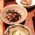 平太 - 定食に付くおばんざい。ひじき煮・こんにゃくのごま和え・大根&胡瓜浅つけ