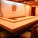 鮨 仙八 - 白木のカウンターで江戸前鮨をおたのしみください