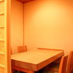 鮨 仙八 - 個室のテーブル席は1室のみです。