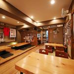 武士道 - 店内の席は、カウンターや座敷でござる。