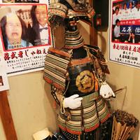 武士道 - 完食したら、かぶとをかぶって、写真撮影。完食できないと、落ち武者のかつらをかぶって、写真撮影でござる。