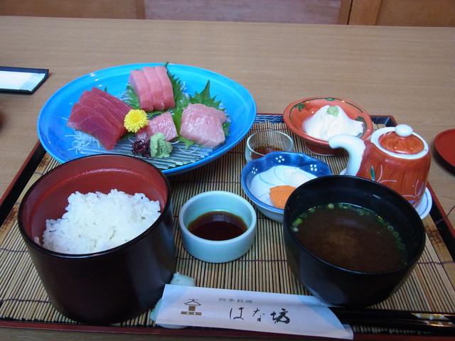 四季料理 はな坊 - まぐろ定食(1050円)。一番安いランチですが、豪華です