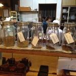 キッチンたうち - カウンターには各種スパイスの瓶が並ぶ