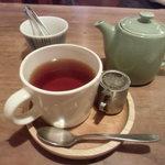 カフェ箱庭 - セットの紅茶(自分で注ぎました)