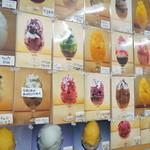玉屋サントノーレ - 壁にはかき氷の写真がたくさん!