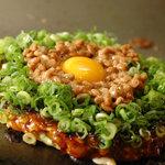 和良家 - 関西風月見トロロ(880円)フワトロお好み焼きの上にトロロと温泉卵