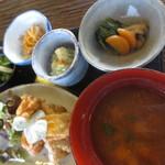空間茶天 - 日替わり定食¥800~、ドリンクとケーキ2種で¥1,250