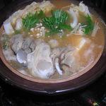 わさび亭 - カキのみそ鍋    味噌仕立てでカキが食べやすく、メのうどんがおいしい