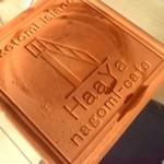 22516006 - 店名が刻印された焼き物風のコースター