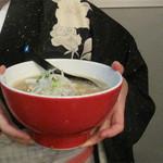 ラーメン海鳴 中洲店 - 魚介とんこつラーメン700円。                             オシャレな鉢に入ってます。
