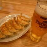 22518882 - 餃子6個にビールも一緒に、最高!